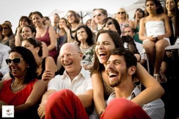האורחים והמשפחה נהנים בחתונה מיוחדת על גג בתל אביב