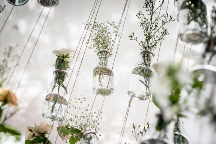 עיצוב חלומי עם פרחים וצנצנות