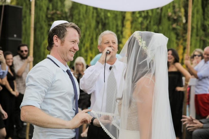 חופה בחתונה כפרית בצהרי היום