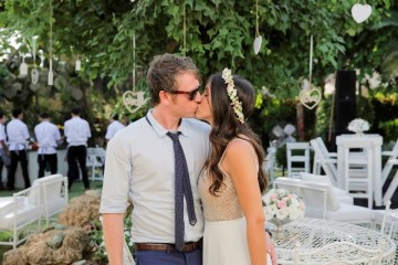 זוג מתנשק בחתונה כפרית קסומה