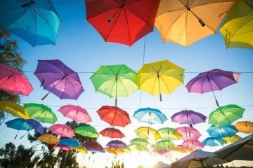 תקרת מטריות צבעונית בעיצוב חתונה מקורי