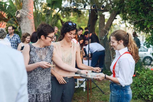 אורחים שמחים בחתונה כפרית בוילה במכמורת