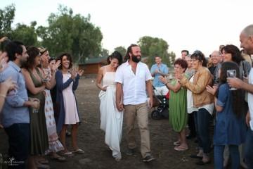 זוג מאושר בחתונה כפרית ביקב