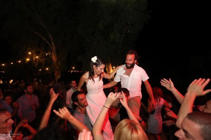 ריקודים ושימחה בחתונה בטבע