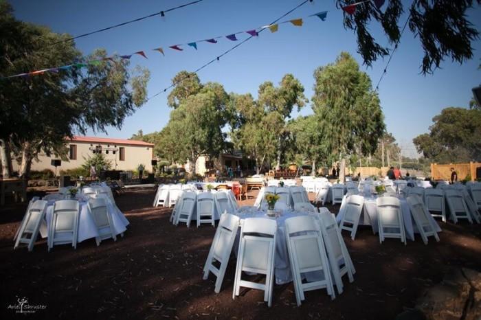 שולחנות עיצוב בחתונה כפרית ביקב