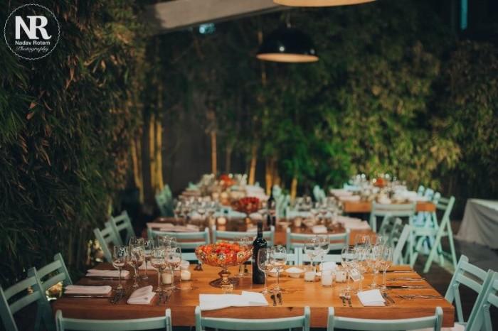 שולחנות מחכים לאורחים בחתונה במרכז