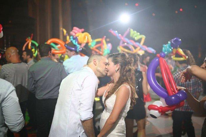 זוג מאושר בחתונה שמחה ומיוחדת
