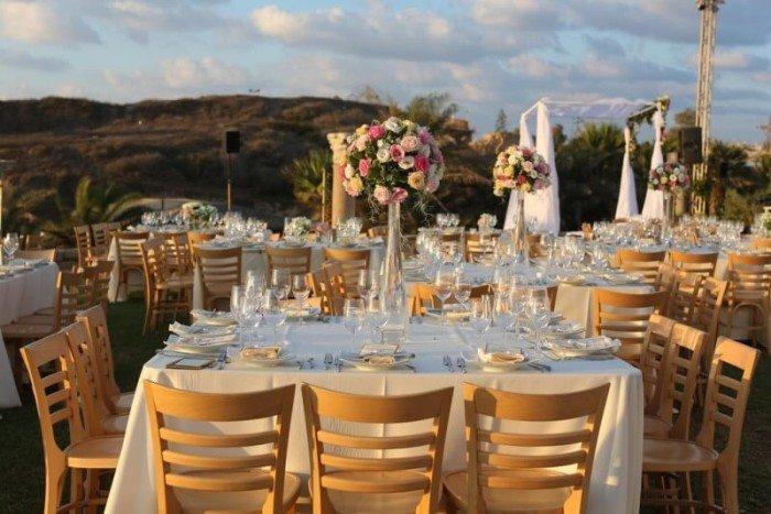 סידור שולחן בחתונה בבית מלון