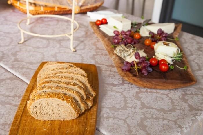 לחם טרי ומפנק ופלטות עשירות של גבינות