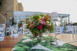 עיצוב שולחן עם פרחי הוואי לחתונה בהשראת חתונות טרופיות