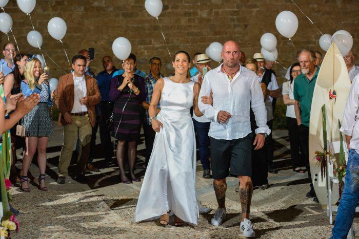 חתונה בנושא הוואי - הפרחת בלונים